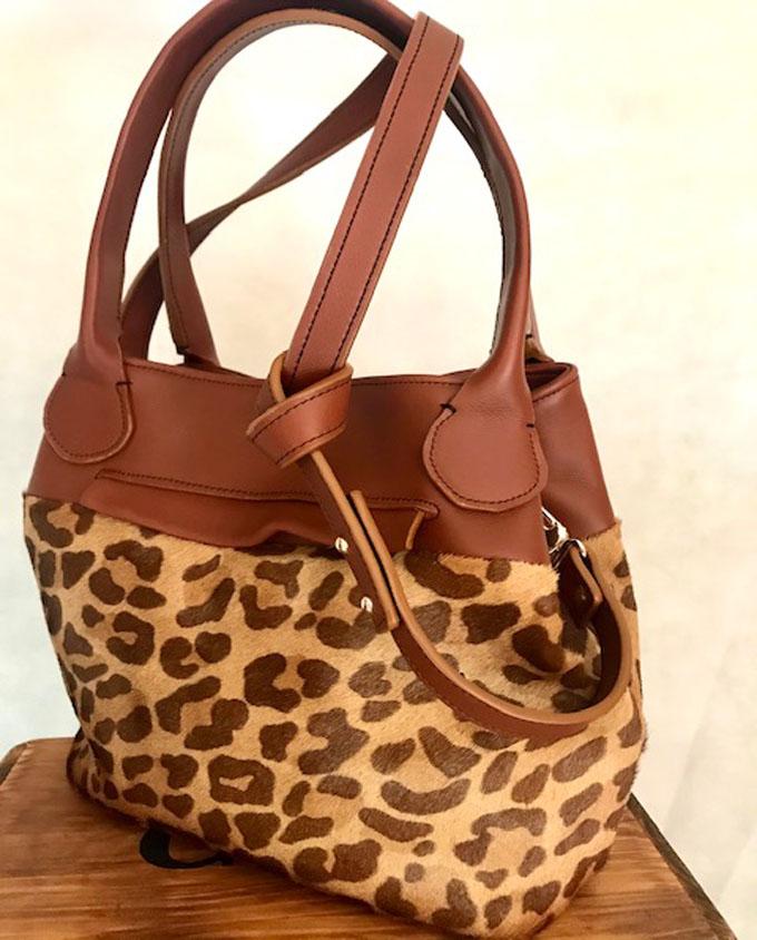 bolso de piel marrón con print animal