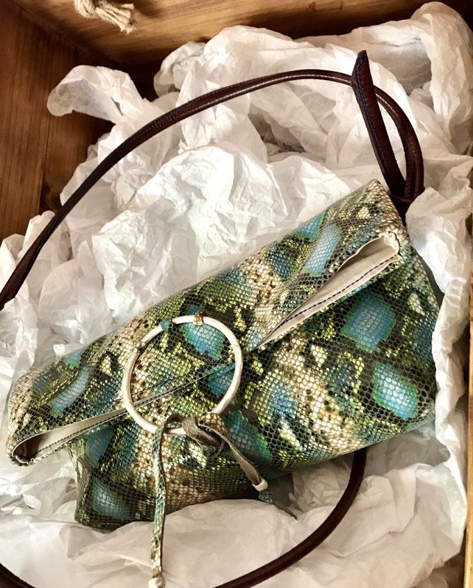 bandolera vejer en piel print serpiente azul y verde