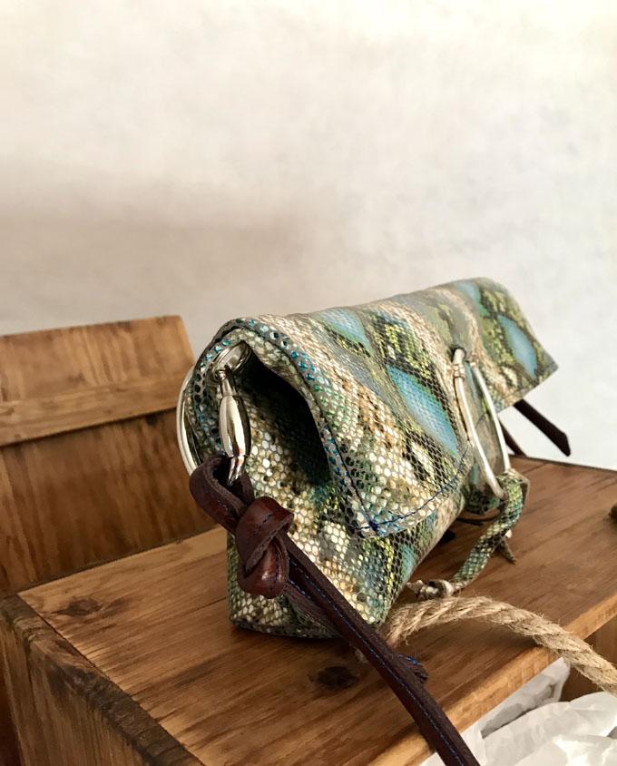 bandolera vejer en piel print serpiente azul y verde3