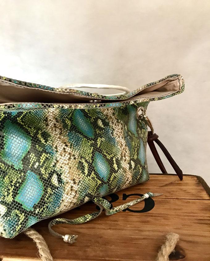 bandolera vejer en piel print serpiente azul y verde4