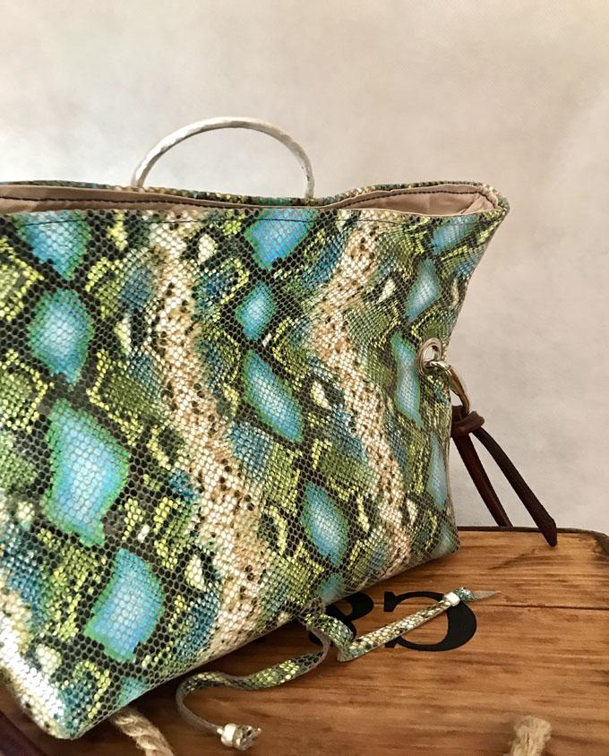 bandolera vejer en piel print serpiente azul y verde5
