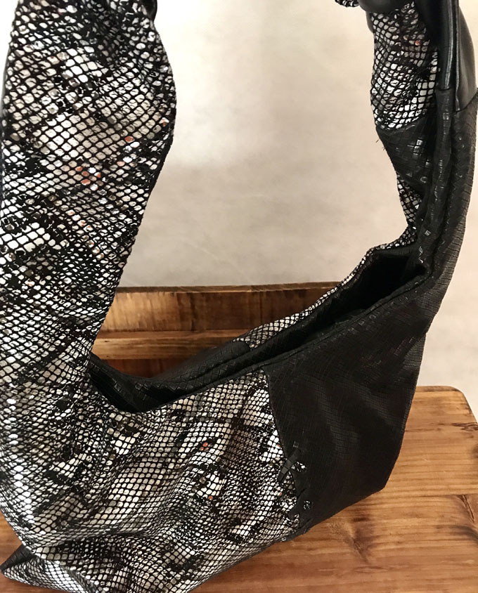 bolso de piel negro y print serpiente3