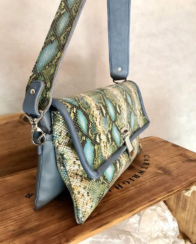 bolso piel print serpiente azul y verde3