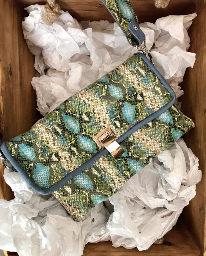 bolso piel print serpiente azul y verde