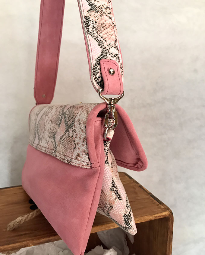 bolso piel print serpiente rosa y ante5